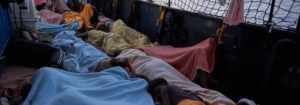 Geflüchtete frieren an Bord der ALAN KURDI