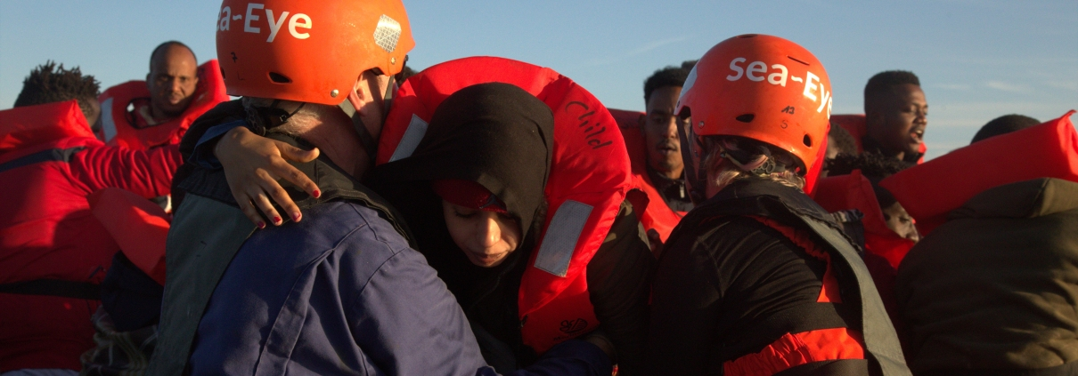 Rettung einer Frau aus einem Schlauchboot im Mittelmeer