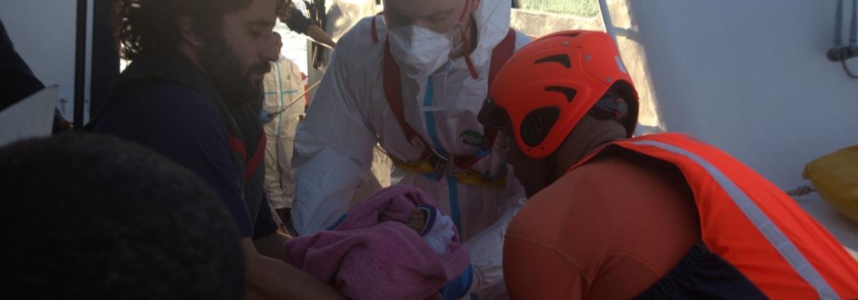 Evakuierung eines Babys von der ALAN KURDI