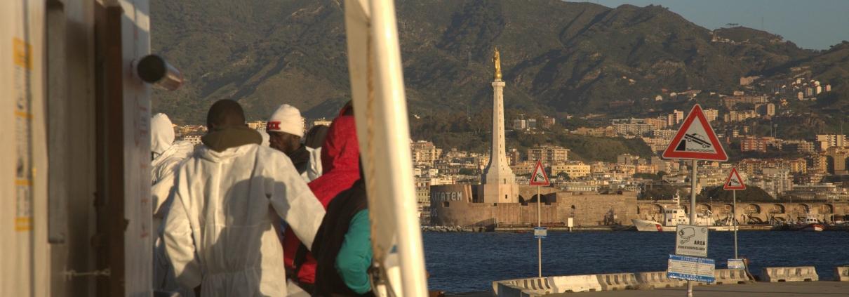Geflüchtete verlassen die ALAN KURDI im Hafen von Messina