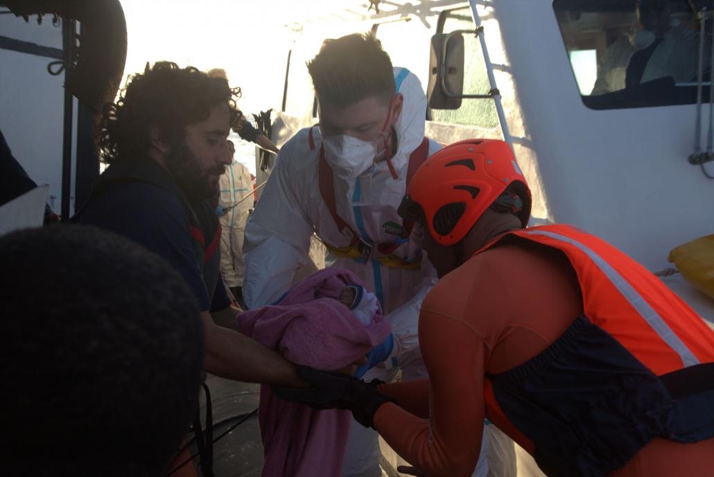 Evakuierung eines Babys durch die italienische Küstenwache