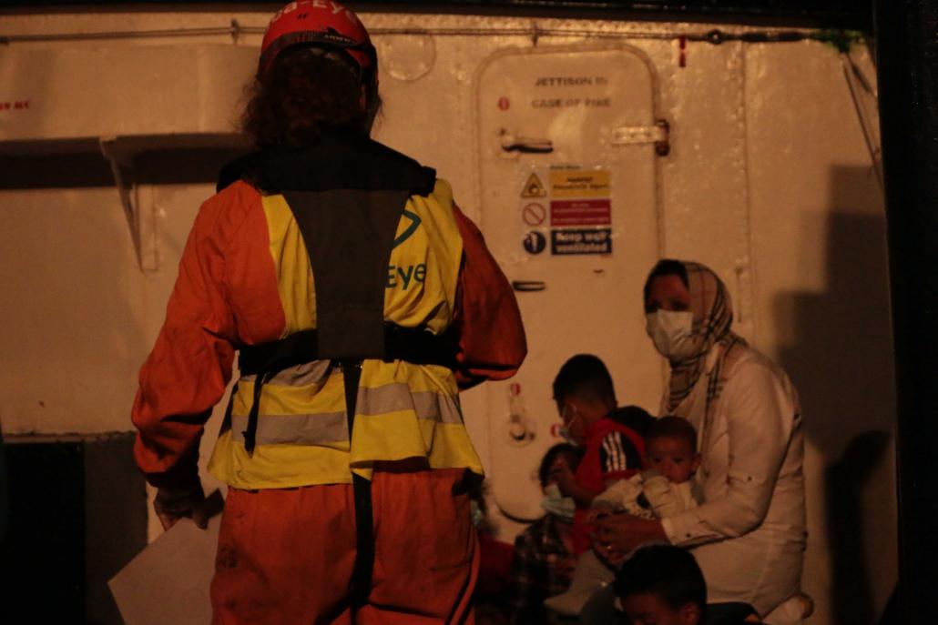 Gerettete Familie bei Nacht auf der ALAN KURDI