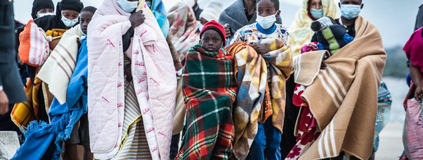 Geflüchtete mit Decken in Olbia