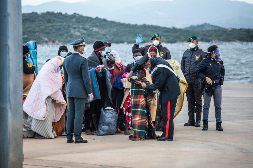 Geflüchtete und Polizei in Olbia
